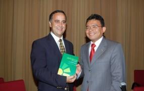 Lauro Ribeiro e Waldir Macieira no lançamento do livro da AMPID sobre direitos da Pessoa com Deficiência