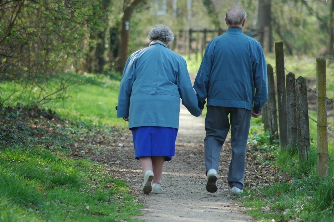 Resultado de imagem para casal de idosos de costas