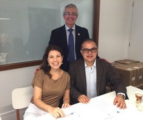 Sentados: Dra. Cristiane Branquinho Lucas (Promotora de Justiça) e Dr. Alexandre de Oliveira Alcântara (promotor de Justiça e Presidente AMPID), em pé: Dr. José Elias Soares Pinheiro (Presidente SBGG).